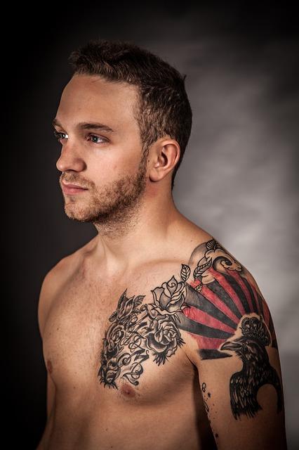 Homme avec un tatouage sur l'épaule
