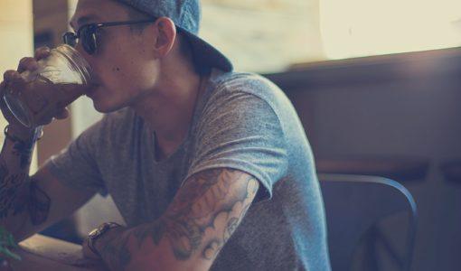 Homme tatoué à casquette