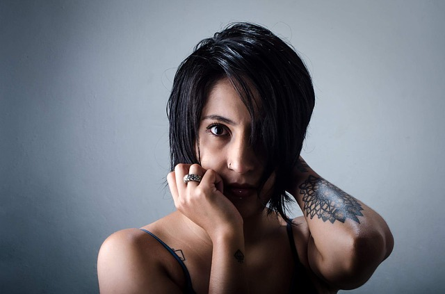 Jeune femme avec un tatouage sur le bras