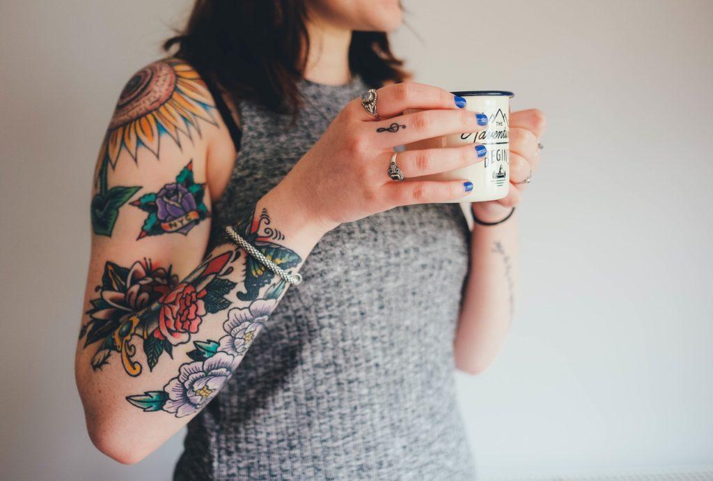 Jeune femme aux bras tatoués